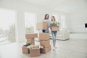 mulheres carregando as melhores embalagens para mudança