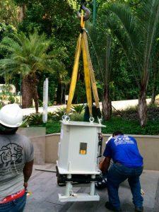 Funcionários da ETIS fazendo o içamento de equipamentos dentro da estrutura hospitalar