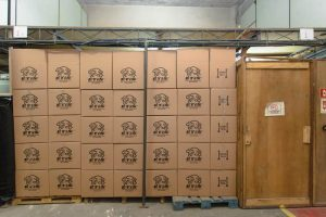 Caixas no depósito da ETIS esperando para serem conduzidas para o transporte comercial