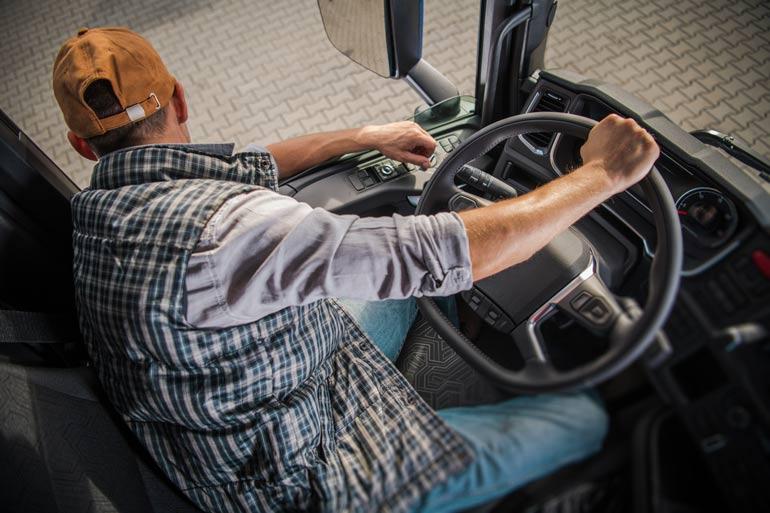 motorista dirigindo caminhão