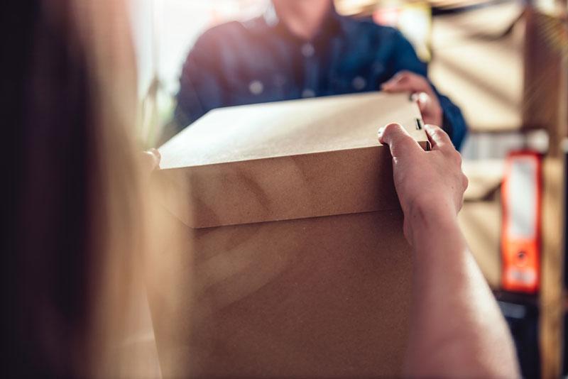 Caixas empilhadas na gestão de transporte na empresa