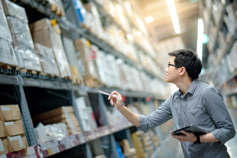 Gestão de transporte na empresa: homem realizando anotações para a logística!