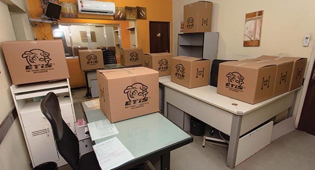caixas da ETIS empacotando itens de mudança comercial