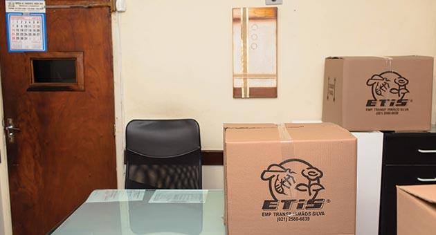 mesa de diretor com caixas para fazer mudança comercial